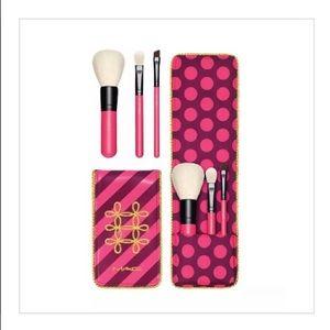 🌺MAC Nutcracker Sweet Essential Brush Kit W/Case